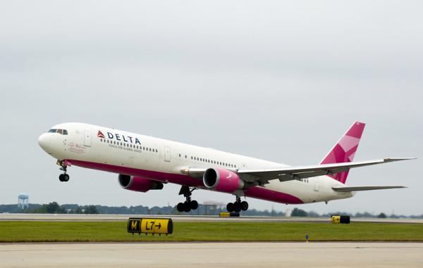 Delta: vuelo rosa contra el cáncer
