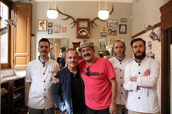 Los bigotes solidarios de José Corbacho y Javier Gutiérrez