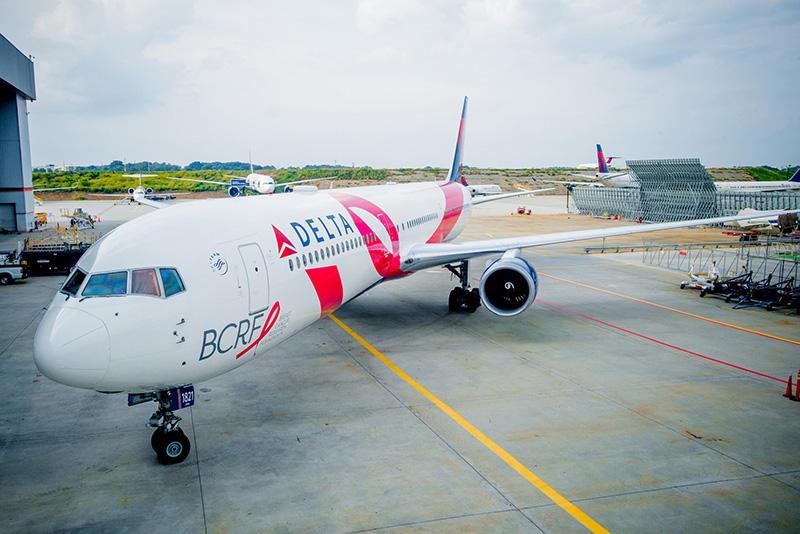 El Avión Rosa de Delta solidario contra el cáncer